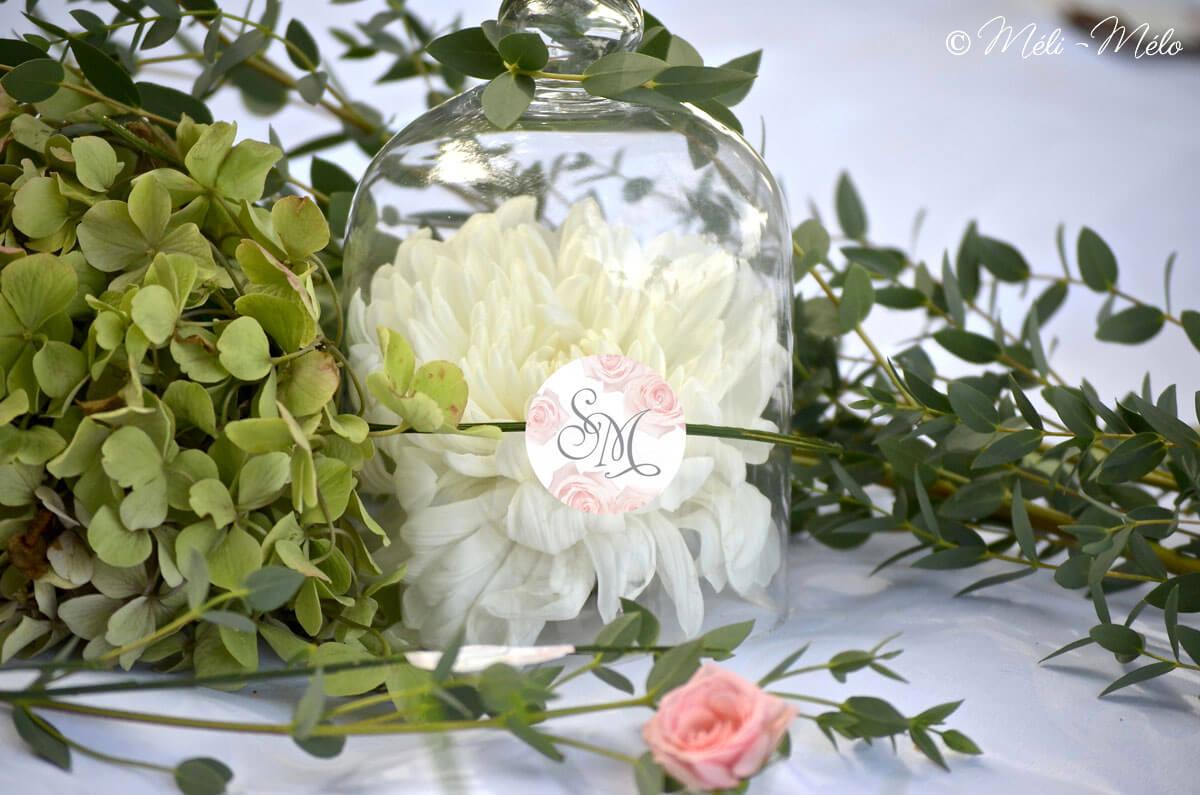 etichetta con iniziali degli sposi su campana di vetro con fiori