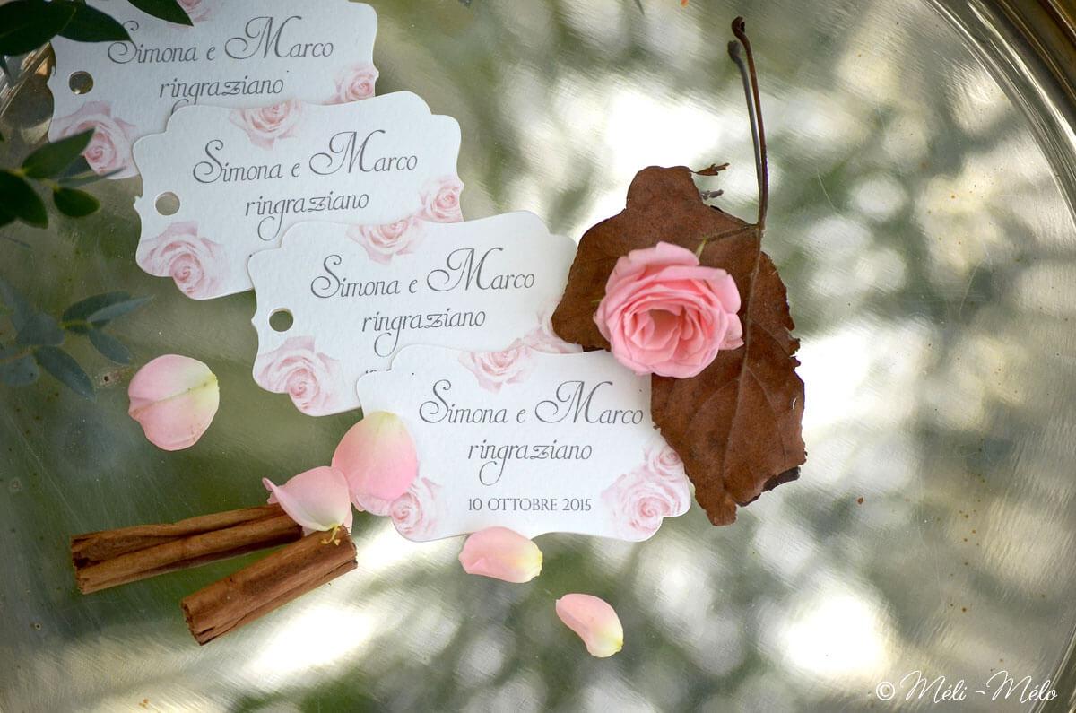 etichette per bomboniere matrimonio su vassoio in argento