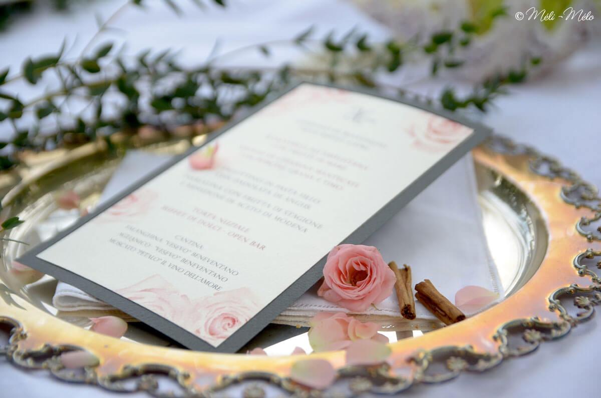 rosa e menu su vassoio in argento