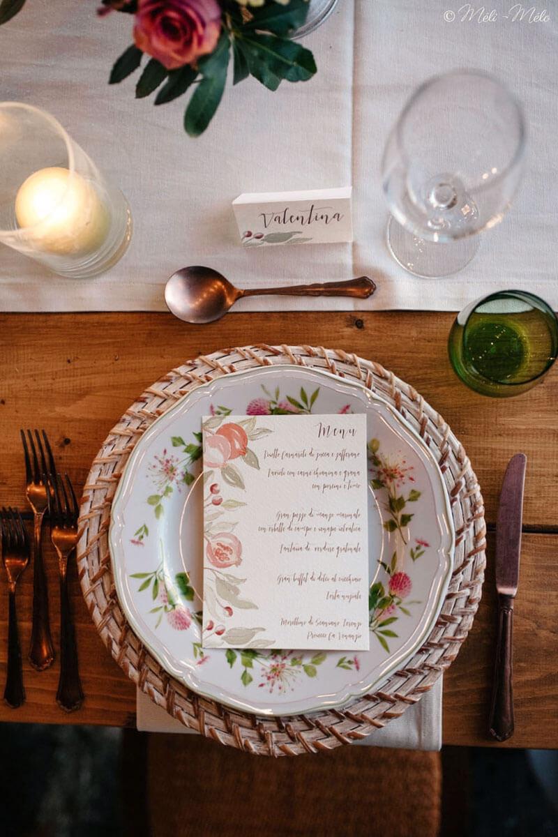 piatto con menu e segnaposto a tema autunnale su tavolo di legno