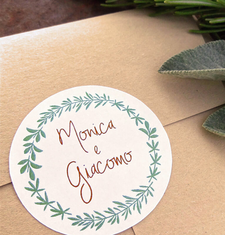 etichetta adesiva con il nome degli sposi e una ghiranda
