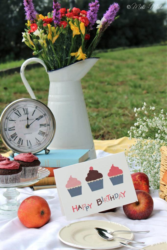 picnic di festa di compleanno con biglietto di auguri