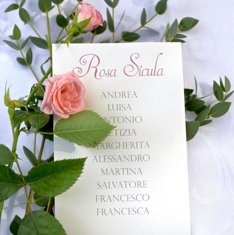 cartellino con nomi invitati matrimonio con rose