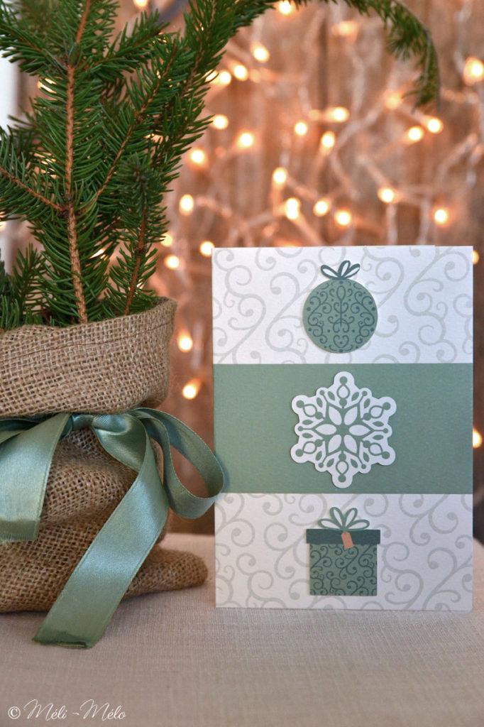 biglietto di auguri natalizio con fiocco di neve e pallina