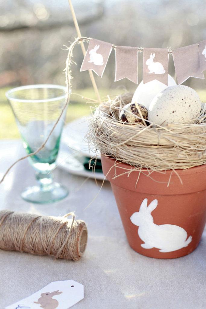 vaso decorato con coniglio e bandierine per pasqua