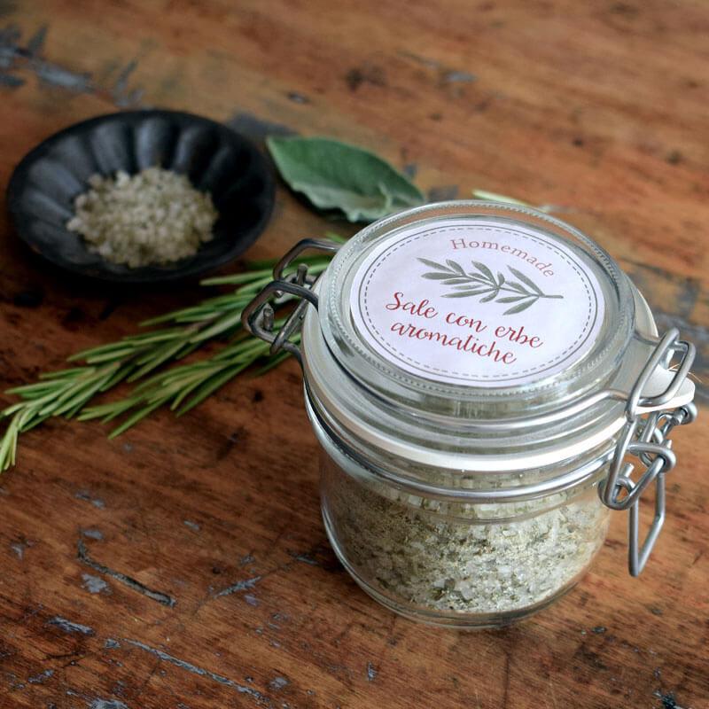 un pot de sel aux herbes aromatiques avec étiquette autocollante
