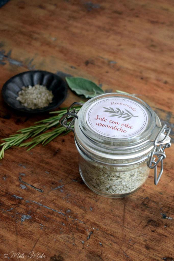 vasetto di sale con erbe aromatiche su tavolo di legno