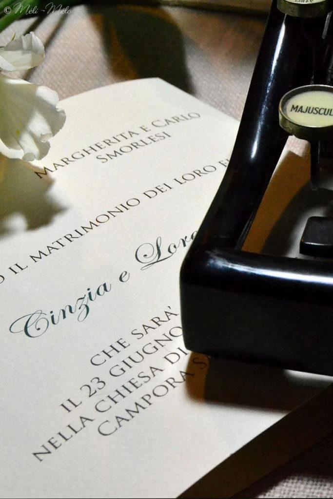 una partecipazione di matrimonio con una macchina da scrivere vintage