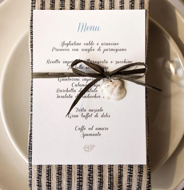 menu legato al tovagliolo con rafia e conchiglia