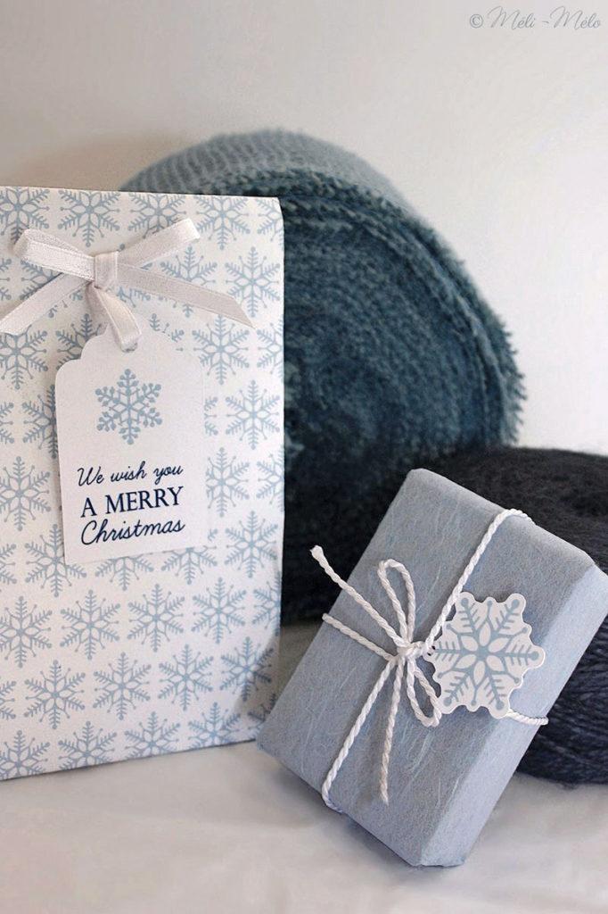 regali di natale con etichette con fiocchi di neve