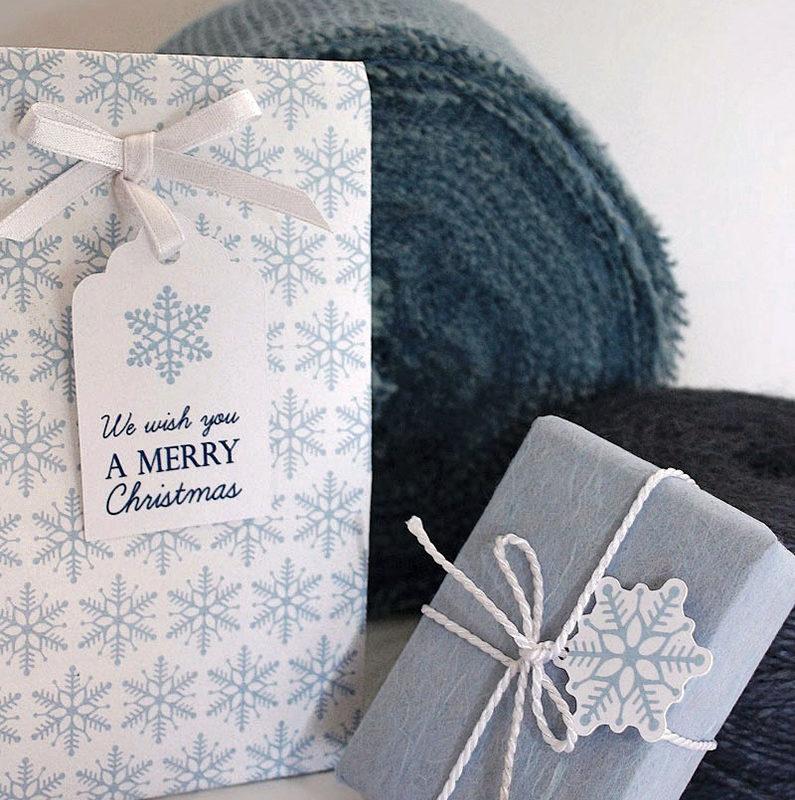 cadeaux emballés dans du papier et des étiquettes flocons de neige