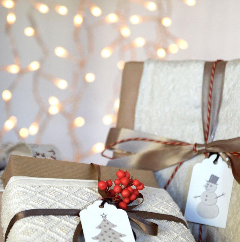 cadeaux de noel avec étiquettes