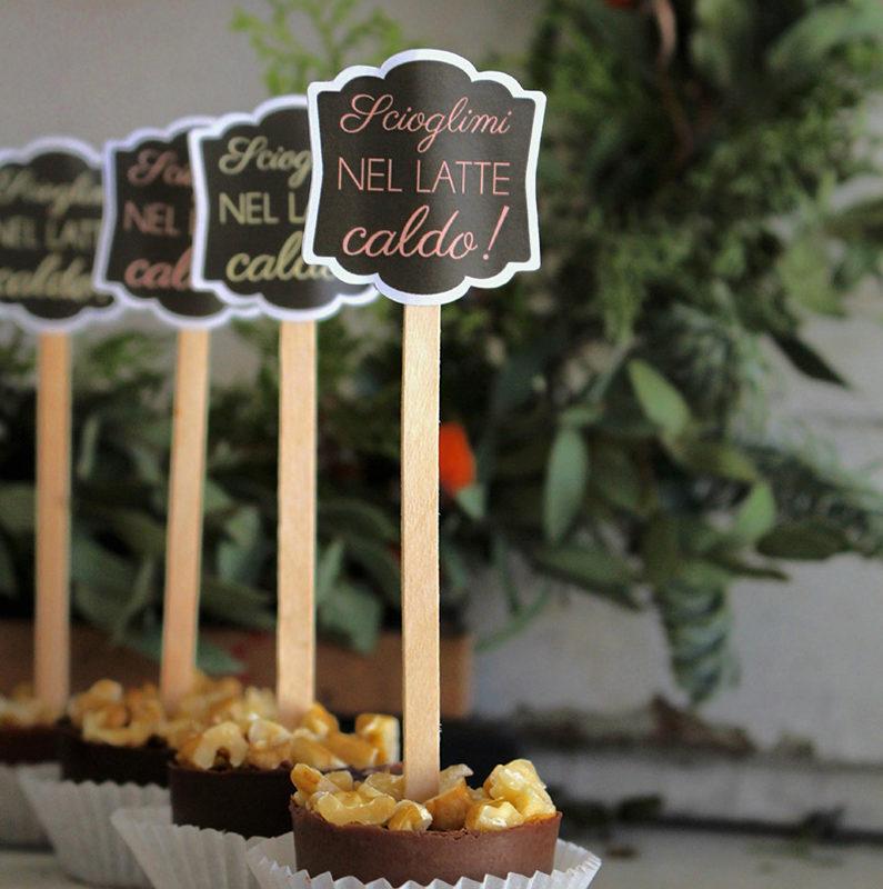 dolcetto di cioccolato su stecco in legno con etichetta scioglimi nel latte caldo