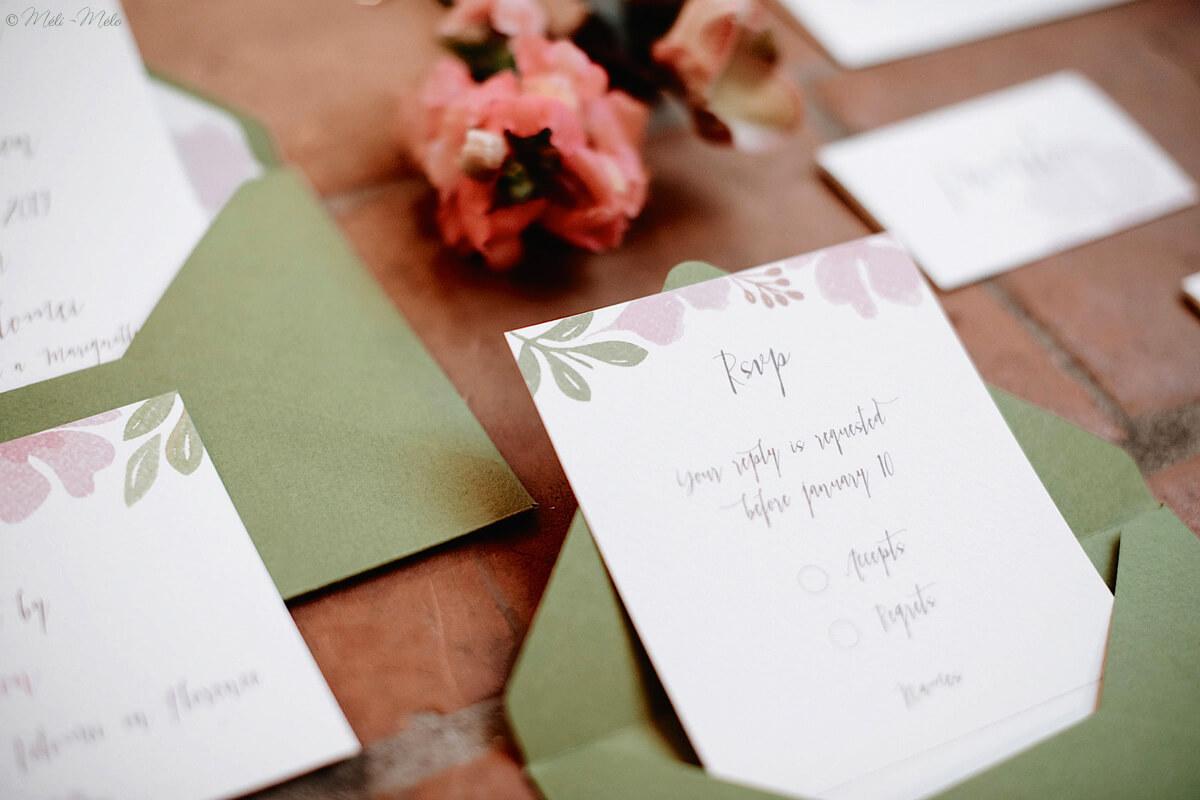 biglietto di risposta per matrimonio con fiori acquerello e busta