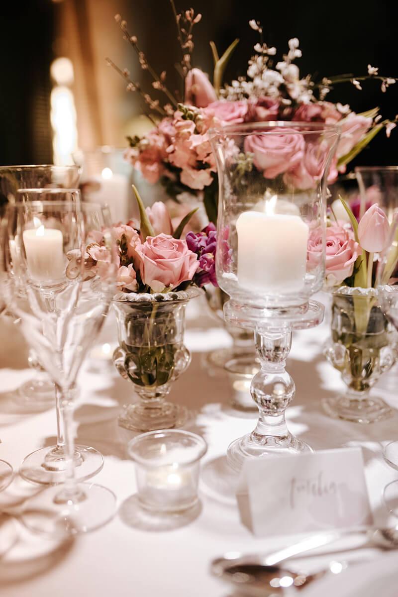 fiori e candele su tavolo apparecchiato