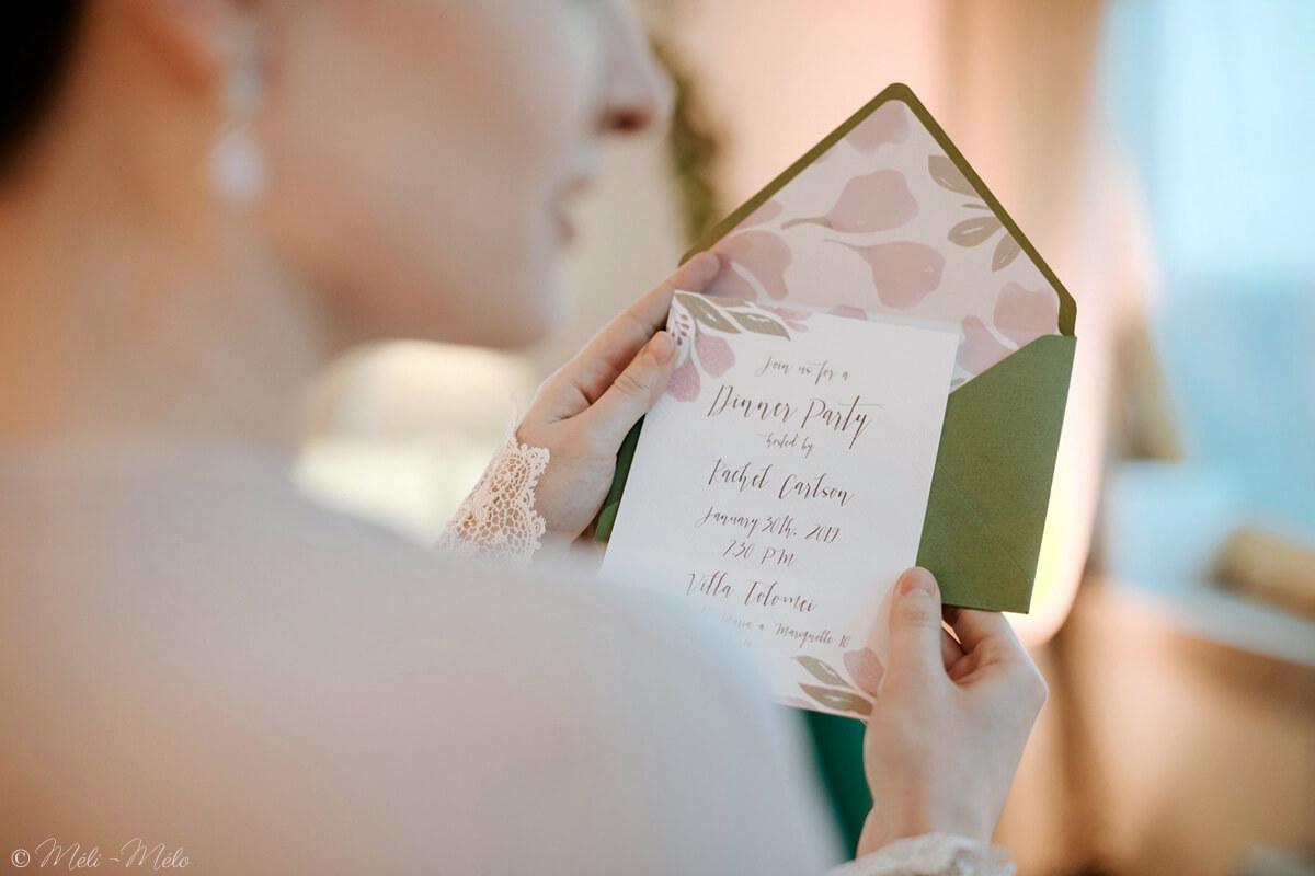 una donna con un invito in mano per un matrimonio