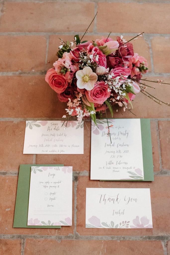 faire de mariage avec carton de remerciement et bouquet