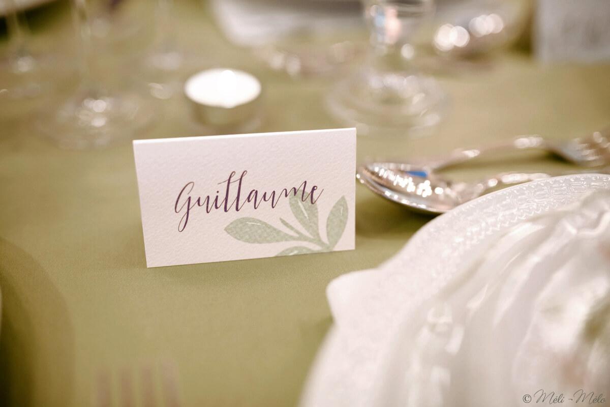 segnaposto con foglie di ulivo acquerello su tavolo apparecchiato