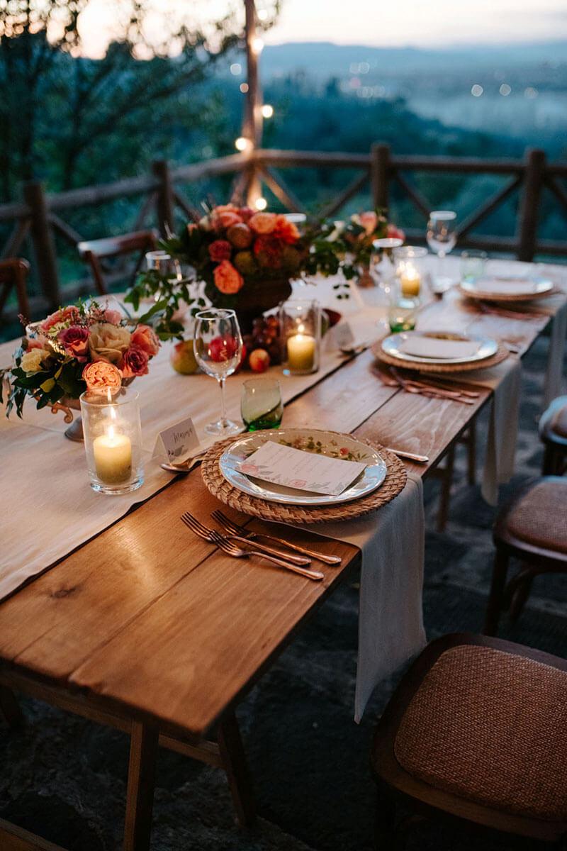 tavola apparecchiata a tema autunno all'esterno